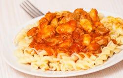Pasta di Fusilli con il pollo in salsa al pomodoro Immagini Stock