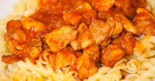 Pasta di Fusilli con il pollo in salsa al pomodoro Fotografia Stock