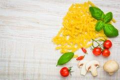Pasta di Fusilli e spazio della copia Fotografia Stock