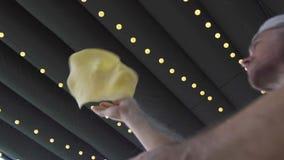 Pasta di lancio della pizza del creatore della pizza dopo avere arrivato a fiumi il movimento lento della cucina della pizzeria I video d archivio