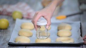 Pasta di lievito dolce cruda su una tavola di legno Preparazione per cottura Il concetto dei cuochi unici e della cottura stock footage