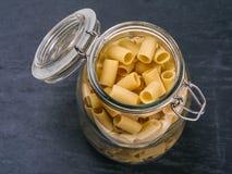 Pasta di Mezzi Rigatoni in un barattolo Fotografie Stock Libere da Diritti