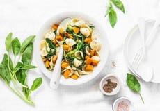 Pasta di Orecchiette con spinaci e la zucca - pranzo vegetariano su fondo bianco fotografia stock libera da diritti