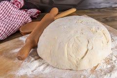 Pasta di pane su un tagliere fotografia stock