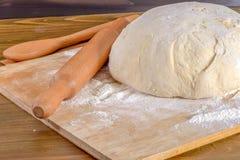 Pasta di pane su un tagliere fotografia stock libera da diritti