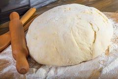 Pasta di pane su un tagliere fotografie stock libere da diritti