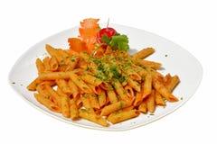 Pasta di Penne con il arrabiata della salsa di peperoncino rosso su fondo bianco Fotografia Stock