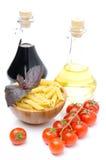 Pasta di Penne, pomodori freschi, basilico, olio d'oliva, aceto balsamico Fotografia Stock Libera da Diritti