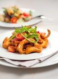 Pasta di Penne in salsa al pomodoro con il pollo, prezzemolo in pentola Chicke immagine stock