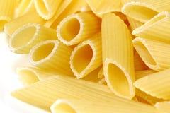 Pasta di Penne sul disco bianco immagini stock libere da diritti