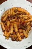 Pasta di Rigatoni con la parte superiore della salsiccia giù Fotografia Stock