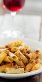 Pasta di Rigatoni con la salsa ed il vino della carne del pomodoro Immagini Stock Libere da Diritti