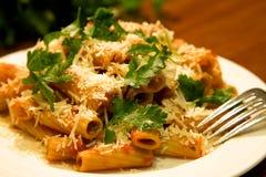 Pasta di Rigatoni con prezzemolo Fotografie Stock