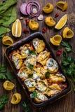 Pasta di Shell farcita con spinaci, formaggio cremoso, parmigiano in salsa al pomodoro fotografie stock libere da diritti