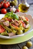Pasta di tagliatelle con i tonnidi, il pomodoro e le olive fotografia stock libera da diritti