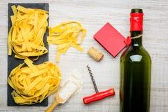 Pasta di tagliatelle con il vino della bottiglia Fotografia Stock