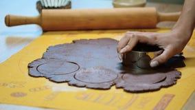 Pasta di taglio nei cerchi Cuoco unico di pasticceria che taglia pasta per i biscotti archivi video