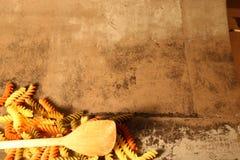 Pasta di tricromia con la cottura del cucchiaio su fondo di pietra immagine stock libera da diritti
