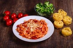 Pasta di verdure Tagliatelle con i pomodori immagine stock libera da diritti