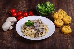 Pasta di verdure Tagliatelle in salsa cremosa con i funghi fotografia stock libera da diritti