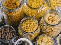 Pasta differente in grandi barattoli di vetro Fotografie Stock Libere da Diritti