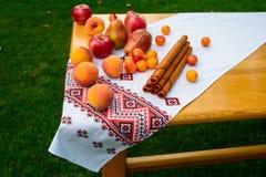 Pasta do fruto das maçãs, peras, pêssegos, ameixas Sobremesa deliciosa do verão generoso foto de stock