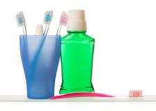 Pasta do zębów i toothbrushes na półce Zdjęcia Stock
