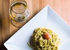 Pasta e birra con la vista superiore Fotografie Stock