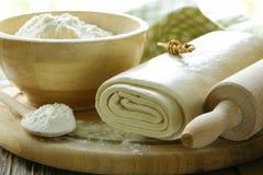 Pasta e farina sfoglia casalinghe Fotografia Stock Libera da Diritti
