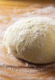 Pasta e farina sulla tavola immagine stock