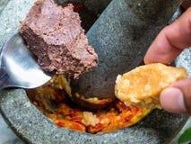 A pasta e o açúcar do camarão puseram no almofariz de pedra para martelar com peppe fotos de stock