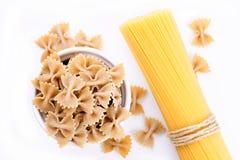 Pasta e spaghetti organici di Farfalle Fotografie Stock Libere da Diritti