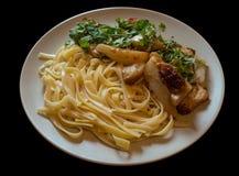 Pasta e verdura in piatto bianco Fotografie Stock Libere da Diritti