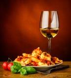 Pasta e vino tradizionali dei tortellini Fotografie Stock Libere da Diritti