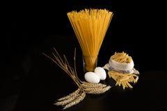 Pasta ed ingredienti Fotografia Stock Libera da Diritti