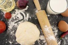 Pasta ed ingredienti appeni preparato per pizza Matterello Fotografia Stock