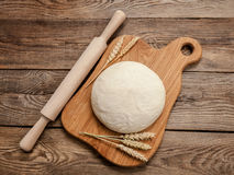 Pasta ed orecchie di grano maturo a bordo Immagine Stock Libera da Diritti