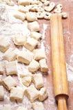 Pasta en una tarjeta de madera imagen de archivo