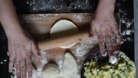 Pasta enorme Desarrolle la pasta de levadura para hacer las empanadas con las patatas y las cebollas metrajes