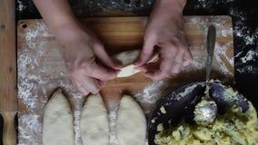 Pasta enorme Desarrolle la pasta de levadura para hacer las empanadas con las patatas y las cebollas y d almacen de metraje de vídeo