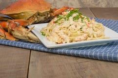 Pasta för Dungeness krabba på den vita plattan royaltyfri fotografi