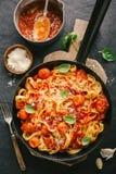 Pasta för spagetti för tomatsås på pannan Arkivbilder