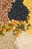 Pasta, fagioli, lenticchie e riso grezzi come priorità bassa Fotografia Stock