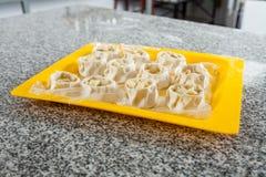 Pasta farcita cruda in Tray On Counter Immagine Stock