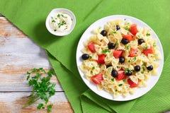 Pasta Farfalle con il salmone affumicato e le olive nere Immagine Stock