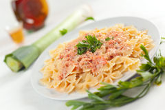 Pasta Farfalle con salsa di color salmone Fotografia Stock