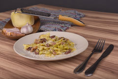 Pasta Farfalle med Carbonara sås Arkivbild