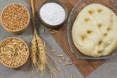 Pasta, farina Grano ed avena in scatole di legno Immagine Stock