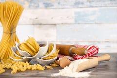 Pasta fatta fresca in piccole ciotole Fotografia Stock
