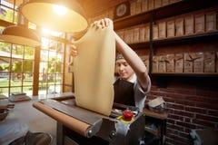 Pasta femminile di rotolamento del cuoco fotografie stock